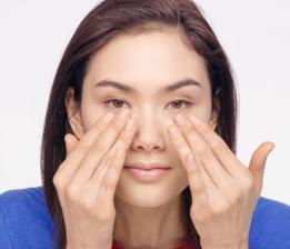 제품을 손에 덜어 얼굴 온도에 맞게 체온으로 살짝 데워줍니다.