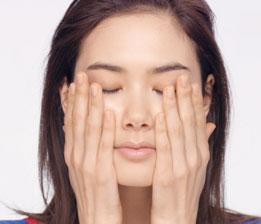 손가락을 사용하여 목과 데콜테에 압력을 가하지 않고 가볍게 발라주면 즉각적으로 편안한 느낌을 더해주고 제품을 고르게 바를 수 있습니다.
