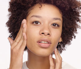 가락을 사용하여 목과 데콜테에 압력을 가하지 않고 가볍게 발라주면 즉시 편안한 느낌을 더해주고 제품을 고르게 바를 수 있습니다.