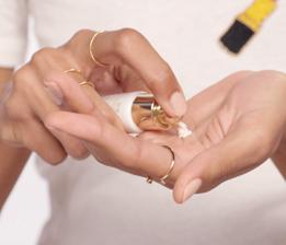 제품을 손에 덜어 얼굴 온도에 맞게 체온으로 살짝 데워주면 즉각적인 효과에 도움이 됩니다.