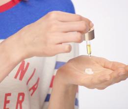손바닥을 사용하여 클라랑스 데이 크림과 오일 3~5방울을 잘 섞어줍니다.