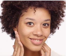 불필요한 수분감을 제거하고, 혈액 순환을 촉진하여  피부의 광채와 탄력을 회복합니다. 볼에 3번, 이마에 3번, 목과 데콜테에 5번 반복합니다.