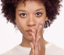 세럼을 손에 덜어 얼굴 온도에 맞게 체온으로 살짝 데워주면 즉각적인 효과에 도움이 됩니다.
