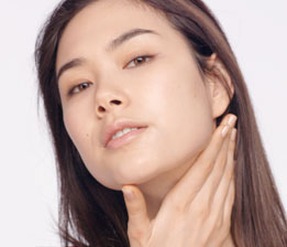 불필요한 수분감을 제거하고, 혈액 순환을 촉진하여 피부의 광채와 탄력을 회복합니다.
